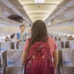 着圧ソックスを飛行機で履く女性の写真