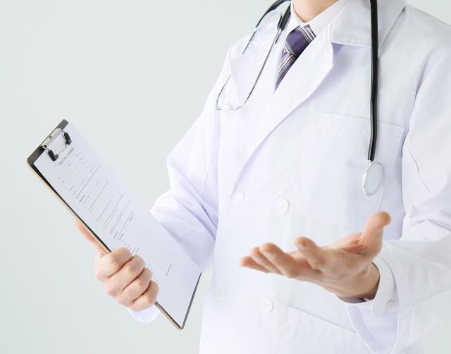 医療用着圧ソックスを解説するドクターの画像